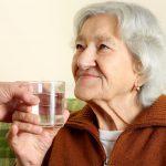 бабушка-выпивает-стеклянную-воду-24834428